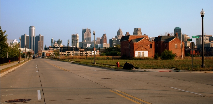 Vista del centro de Detroit, con el GM Renaissance Center, a la izquierda, desde la esquina de Edmund St-Brush Place. Foto: Diego E. Barros.
