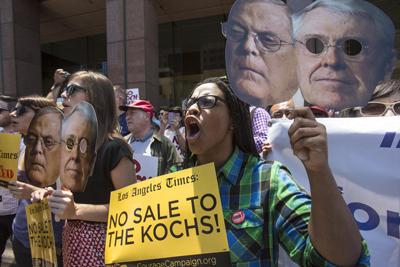 """Protestas contra la posible compra del periódico Los Angeles Times por Koch Industries. El diario, curiosamente, era muy crítico con los hermanos Koch. Finalmente la adquisición no se llevó a cabo cuando los Koch afirmaron que el periódico era """"poco rentable"""". (Foto:  Xinhua /Landov / Cordon Press)"""