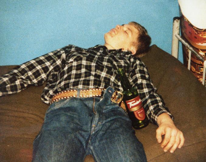 Foto realizada por un compañero durante la estancia de Dahmer en el ejército, donde encadenaba las borracheras. Fotografía: Corbis