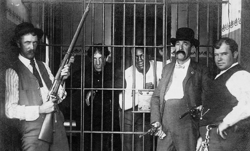 1901. Increíble imagen, más propia de una película:  Choynski y Jack Johnson en una celda, custodiados por los Texas Rangers,