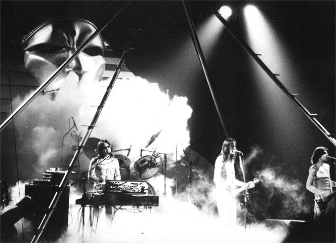 Rundgren-en-el-centro,-en-un-concierto-en-Atlanta-en-1976-(Malco23)-CC