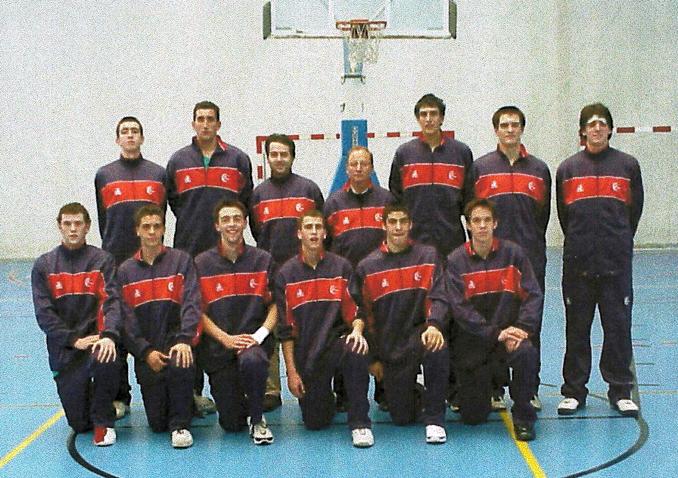 Jugadores de Siglo XXI-País Vasco nacidos en el año 1985-1986. En la fila de abajo, en el centro de la imagen, Sergio Rodríguez y Saúl Blanco. Fotografía cedida por Carmelo Echevarria