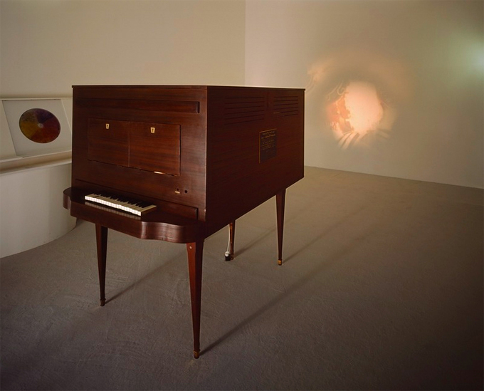 El prototipo del piano optofónico de Vladimir Baranov Rossiné Fotografía Philippe Migeat Centre Pompidou MNAM CCI