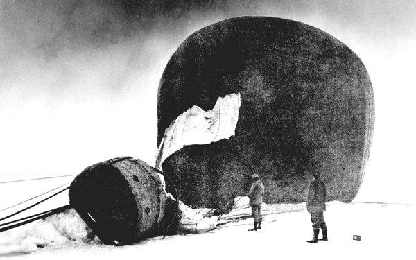 El globo accidentado de Andrée. La imagen se recuperó 33 años después de su accidente y muerte. (Grenna Museum, Sweden/The Swedish Society of Anthropology and Geography)