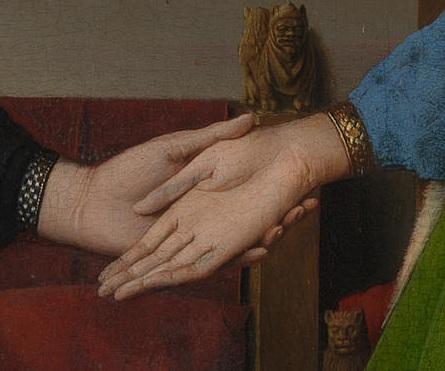 Detalle de la talla sobre el brazo de la silla.