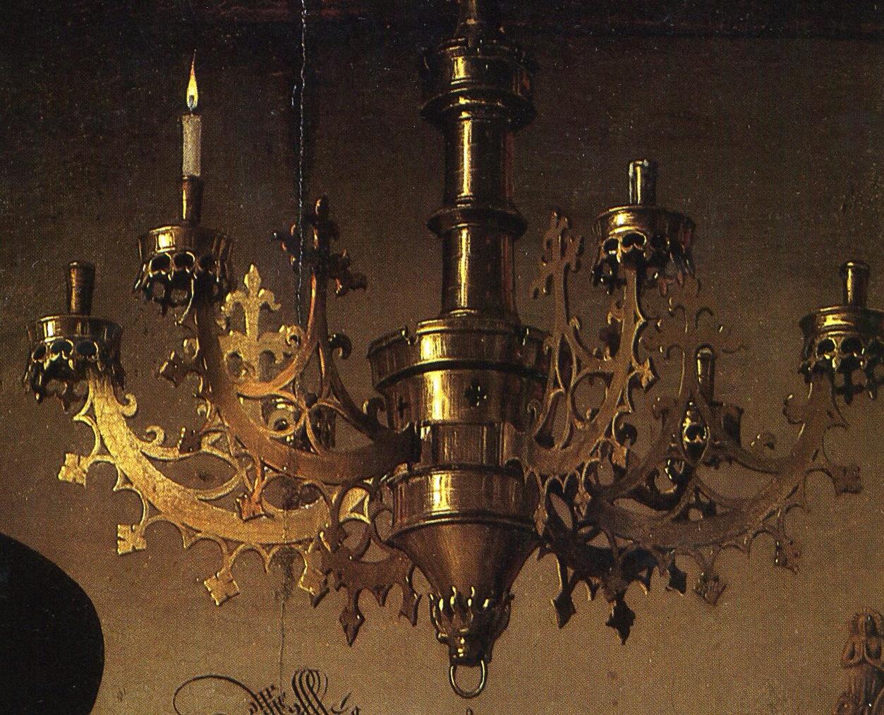 Detalle del candelabro donde se aprecian restos de cera consumida en el brazo a la derecha del de la vela encendida.