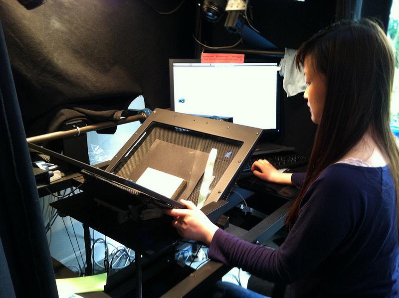 Proceso de escaneado de un libro para su conversión en archivo digital. Foto: John Blyberg (DP).