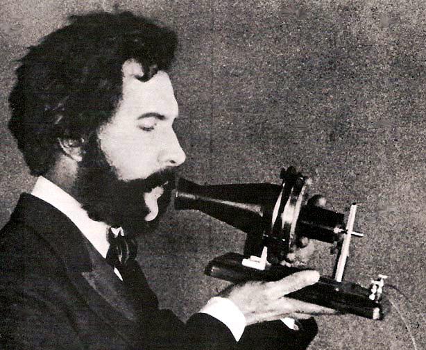 Un actor utilizando un modelo original del teléfono de Alexander Graham Bell en una película de cine mudo. Foto: Dominio público.