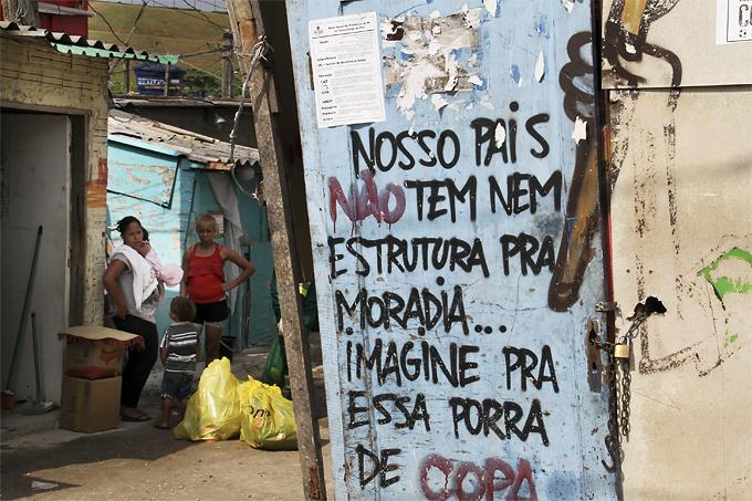 Una pintada de protesta en la Favela da Paz una de las más cercana al Estadio Maracaná. Fotografía Cordon Press