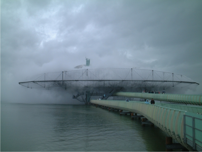 Durante los días nublados es imposible saber dónde termina el edificio y comienza el cielo encapotado. Foto: Norbert Aepli (CC)