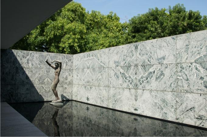 La lámina inferior de agua del interior del pabellón se transforma en un tercer material que acompaña el mármol exterior y lo ensombrece. Foto: Lorenzo Silva (CC)