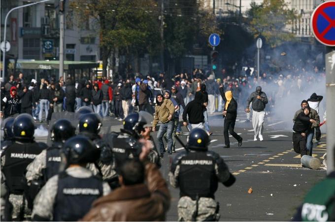 Grupos homófobos se enfrentan a la policía durante el desfile del Orgullo Gay en Belgrado el 10 de octubre de 2010. Foto: Cordon Press.