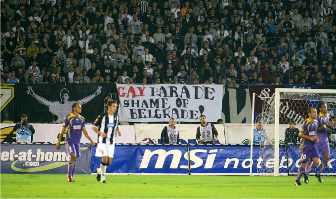 Hooligans del Partizan despliegan una pancarta homófoba. Foto: Cordon Press.