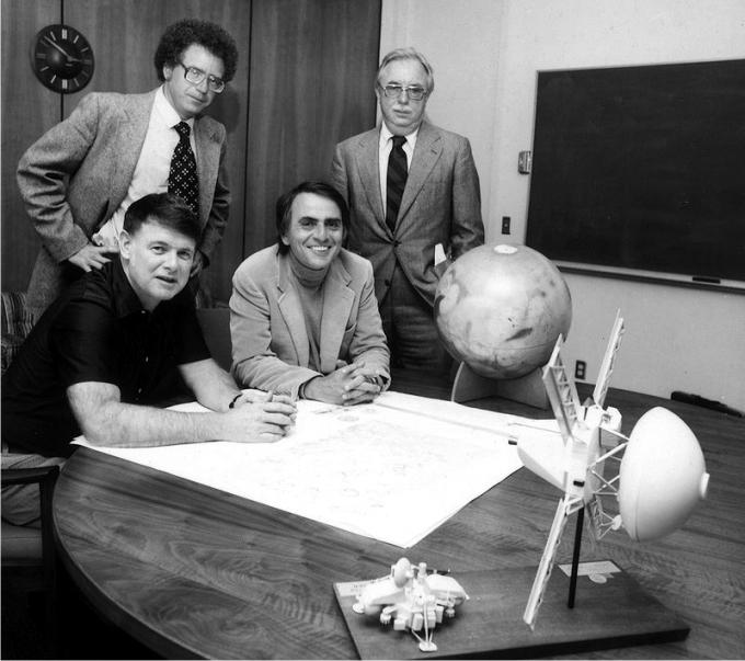 Los fundadores de la Sociedad Planetaria. Carl Sagan, sentado a la derecha. Foto: NASA (DP)
