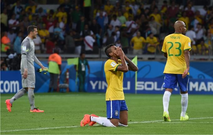 Luiz Gustavo se lamenta tras la derrota de Brasil ante Alemania en la simifinal del Mundial 2014. Foto: Crodon Press.
