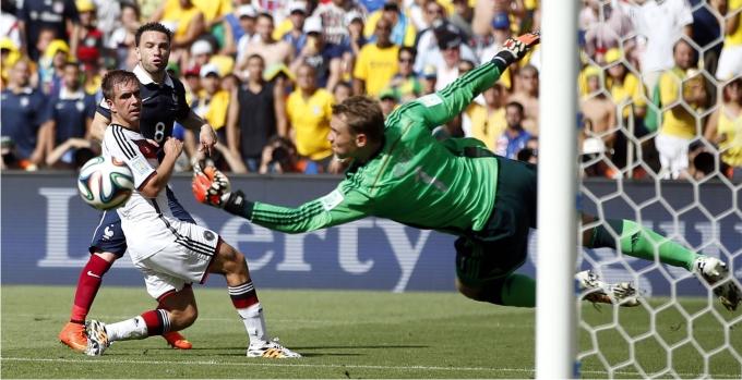 Neuer detiene un balón en el partido que enfrentó a Alemania y Francia en los cuartos de final. Foto: Cordon Press.