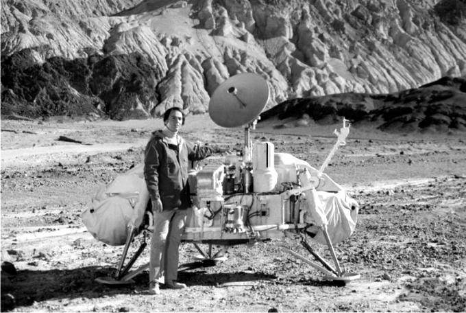 Sagan junto a una maqueta de las sondas Viking, destinadas a posarse sobre Marte. Foto: NASA (DP)