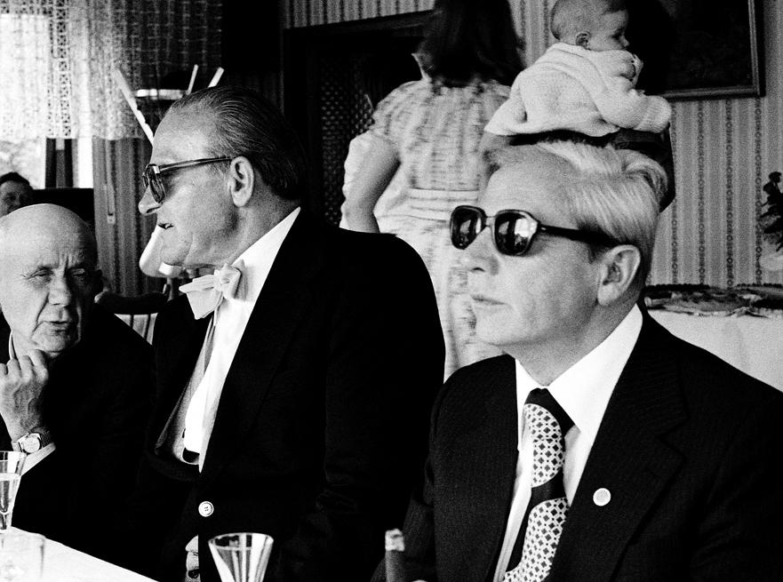 Alte Kameraden der SS mit Smoking und Sonnenbrillen… und anderen Fotos des ehemaligen Deutschland