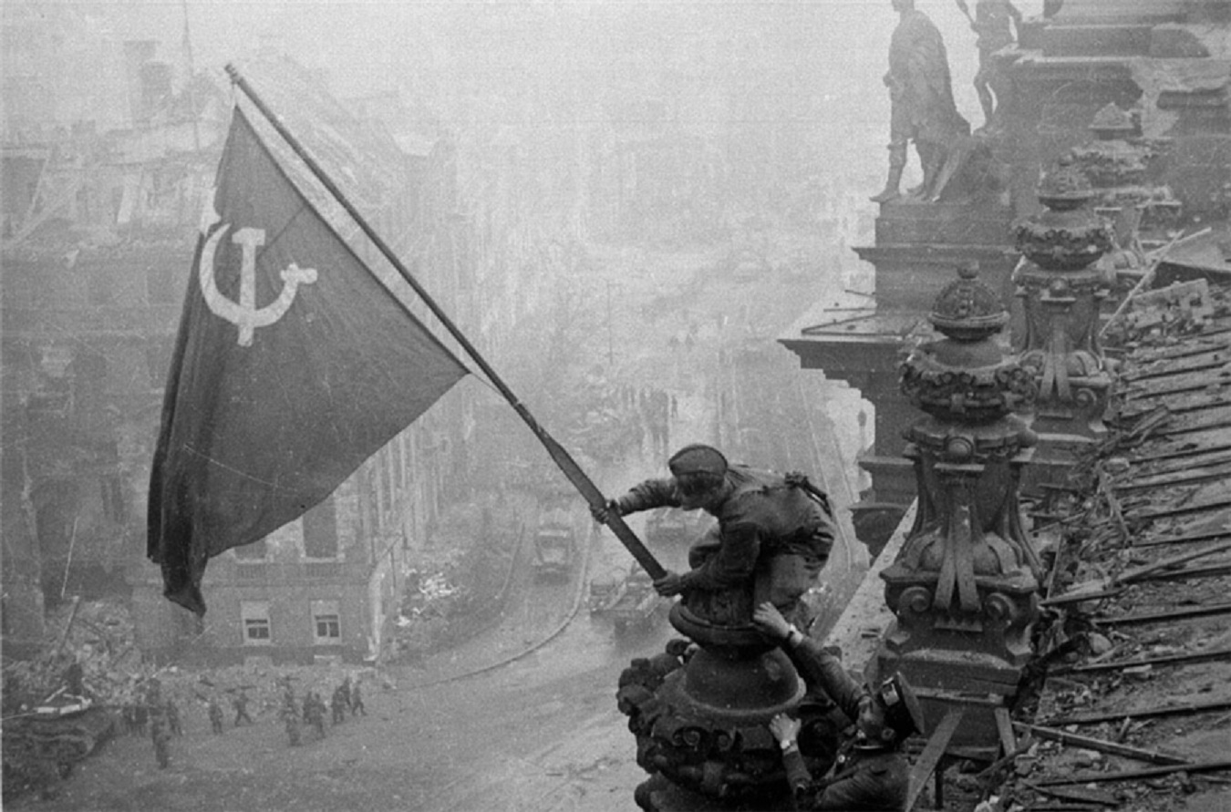18633 world war 2 soviet flag in berlin