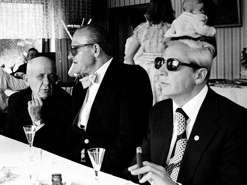 Antiguos camaradas de las SS con esmoquin y gafas de sol… y otras fotografías de la vieja Alemania
