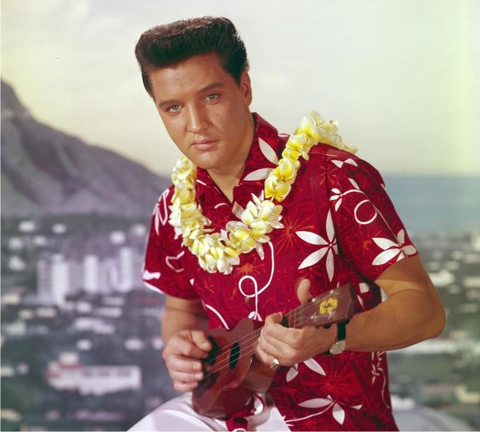 Elvis Presley, camisa de flores, collar y ukelele en mano. Blue Hawaii (1961). Imagen: