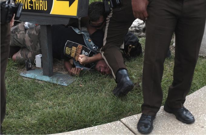 La policía detiene a un manifestante durante las protestas por el asesinato de Michael Brown. Foto: Cordon Press.