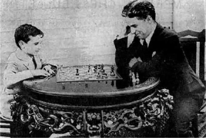 Charles Chaplin jugando con Sam Reshevsky. Foto: DP.