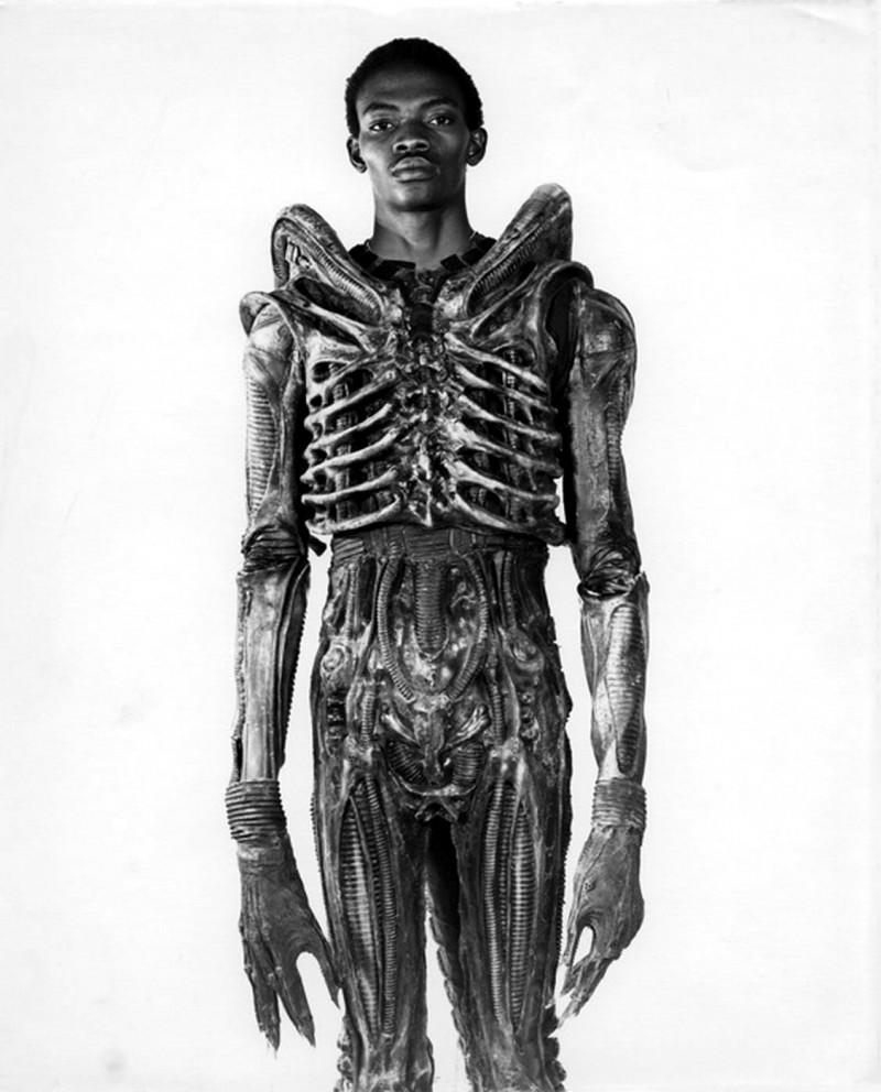 Bolaji Badejo en el traje de Alien. Imagen: Twentieth Century-Fox Productions.