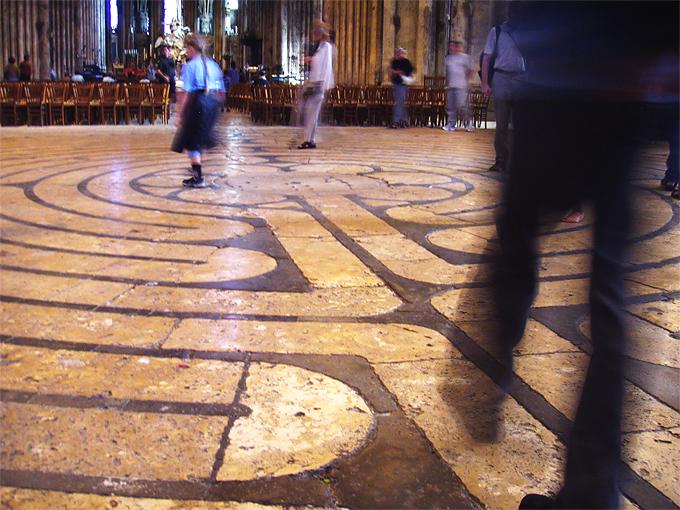 Un laberinto en la catedral de Notre Dame de Chartres en Francia. Fotografía Daderot CC