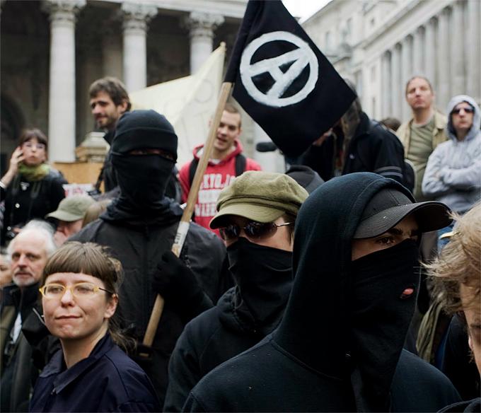 Varios anarquistas durante una manifestación contra el G20 en Londres