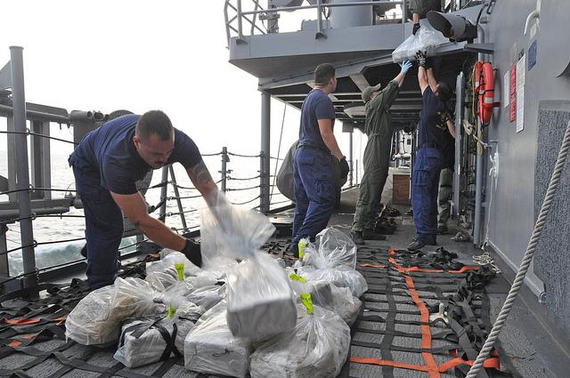 La Guardia Costera de Estado Unidos incauta un cargamente de coca. Foto: Official US Navy Page / Lt. Cmdr. Corey Barker (CC)