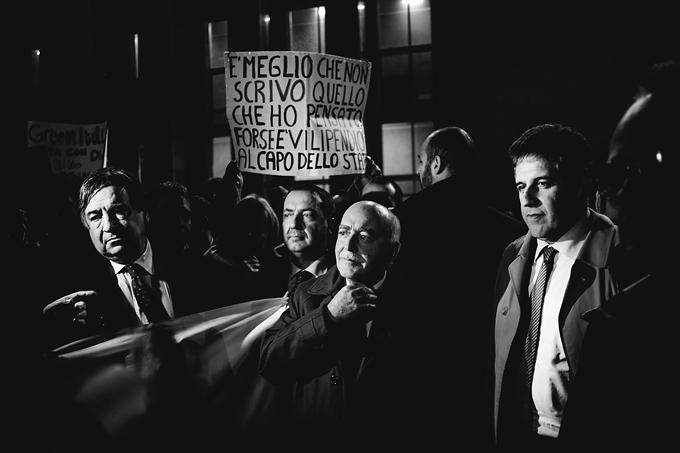 Unos manifestantes reclaman más seguridad para el fiscal italiano Nino Di Matteo (en la imagen, con gabardina) en diciembre de 2013. Foto: Cordon Press.
