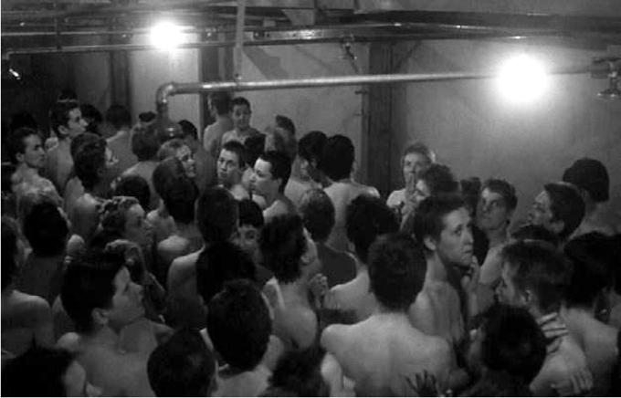 Fotograma de la controvertida secuencia de la cámara de gas de La lista de Schindler.Imagen: Universal Pictures / Amblin Entertainment.