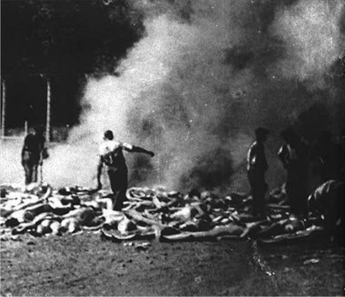 Fragmento de una de las imágenes que los miembros del Sonderkommando pudieron tomar en agosto de 1944 ante la cámara de gas del crematorio V de Auschwitz. Foto: DP-