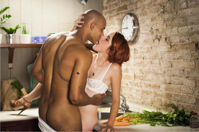 Sexo desde el minuto cero entre Amarna Miller y Kristopher Kodjoe en Before the guests arrive (XConfessions). Imagen: Erika Lust Films