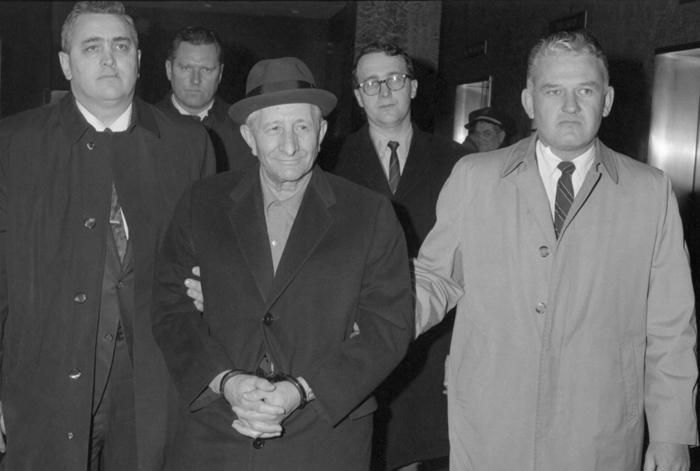 Agentes del FBI acaban de arrestar, incomprensiblemente, a un apacible viejecito de aspecto inofensivo llamado Carlo Gambino.