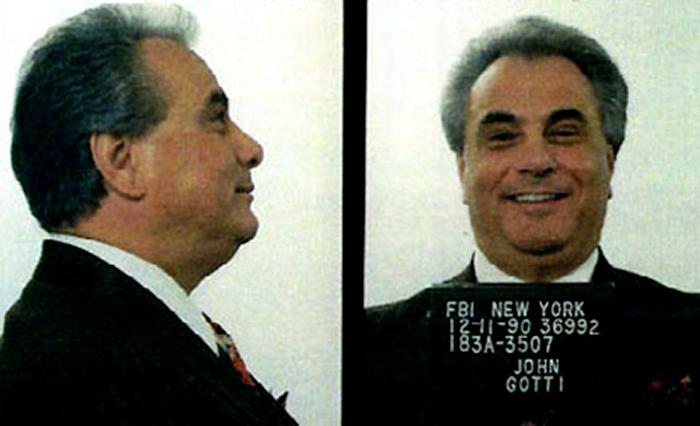 John Gotti, sonriente y seguro de sí mismo como siempre, en la foto de su ficha policial. (Foto: DP, NYPD)