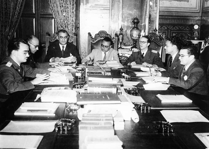 Miembros del Junta Revolucionaria de Gobierno en 1945. De izquierda a la derecha Mario Ricardo Vargas Raúl Leoni Valmore Rodríguez Rómulo Betancourt Carlos Delgado Chalbaud Edmundo Fundación Rómulo Betancourt