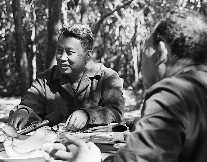 Pol Pot leader of the Khmer Rouge in the Cambodian jungle with an ABC news team during an interview enero 1980 1