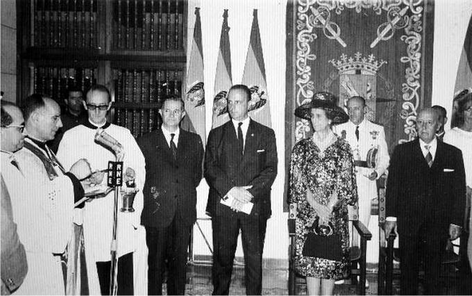 Manuel Fraga, Carmen Polo y Francisco Franco asistiendo a una ceremonia más acorde con los gustos del dictador (DP)