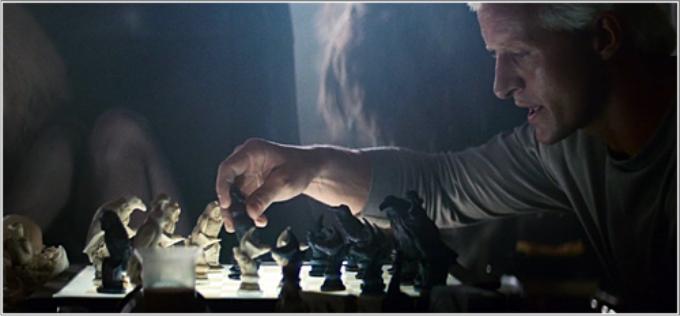 Roy frente al tablero futurista de ajedrez en Blade Runner. Imagen: