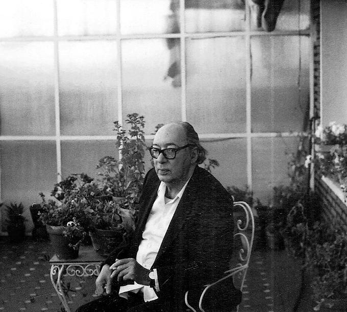 Juan Carlos Onetti en su domicilio de Madrid ca. 1985. Fotografía: Dolly Onetti / Casa de América.