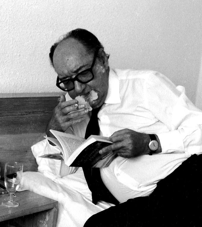 Juan Carlos Onetti en una cama de hotel. Foto Dolly Onetti
