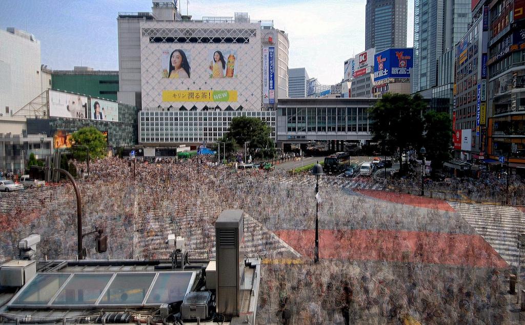 Las idas y venidas del millón de personas que cruza a diario el paso de cebra más famoso del mundo se cristaliza en un mosaico puntillista. (Shibuya, Tokio). Foto: (CC)
