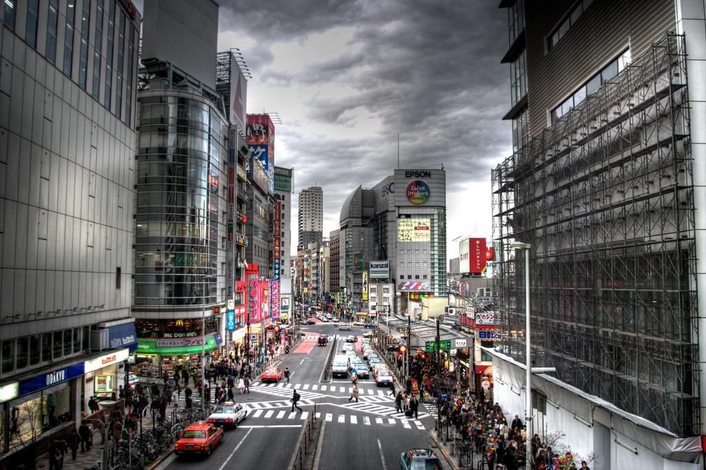 La estación de Shinjuku cuenta con treinta y seis andenes y más de doscientas salidas. Al exterior, se entiende. Las japonesas son bastante tímidas y reservadas. Foto: (CC)