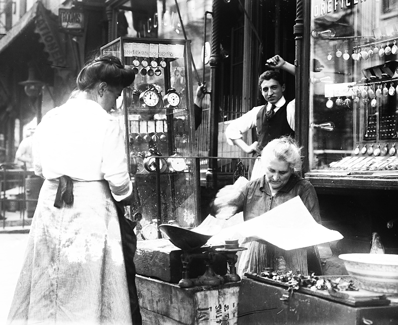 Una tienda italiana en Little Italy c. 1915 Bain News Service Library of Congress DP