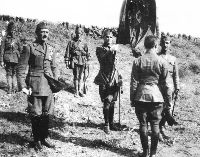 La primera jura de bandera de la legión en 1920, a la izquierda Millán-Astray, a la derecha Franco (DP)