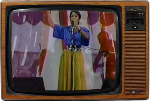 Momento de huir: Joan Baez cantando a capella (imagen: NBC).