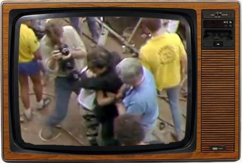 El abrazo de Bono a una chica recién rescatada de entre el público dio la vuelta al mundo (imagen: BBC).