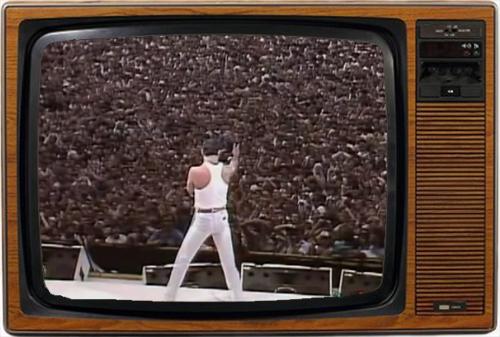 Freddie Mercury dirigiendo a las masas. Queen fueron los grandes triunfadores del festival (imagen: BBC)